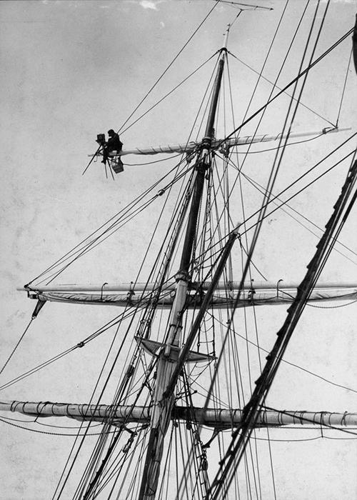 Фотограф Фрэнк Хёрли делает кадр с мачты.