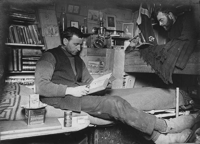 Биолог Роберт Кларк и геолог Джеймс Уорди в своей каюте.
