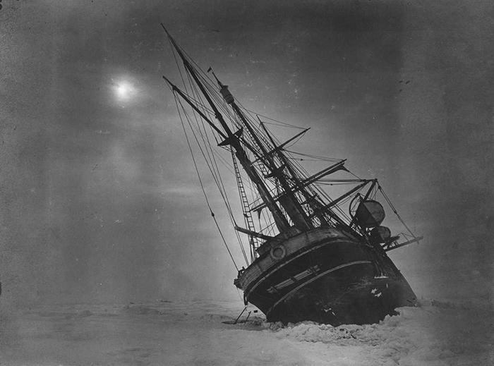 Судно застряло в льдах и медленно уходит под воду.