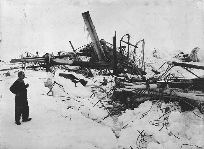 Фрэнк Уайлд, заместитель начальника экспедиции, смотрит на почти полностью затонувший «Эндьюранс».