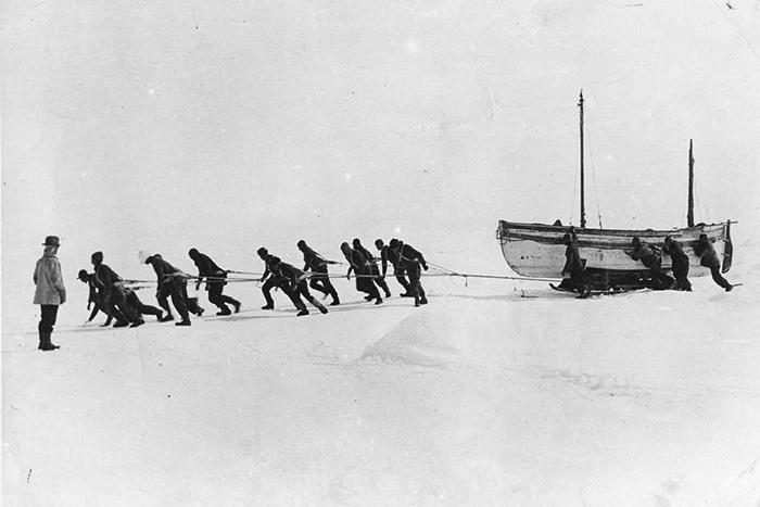 Команда тащит шлюпку по льду.