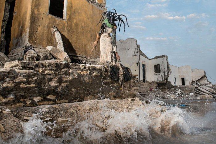 Жуткие чудовища Сенегала. Автор фото: Fabrice Monteiro.