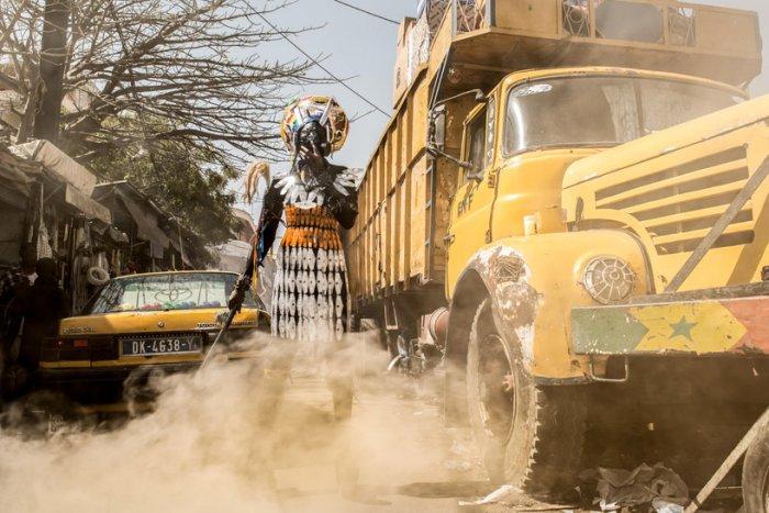 Fabrice Monteiro пытается поднять на обсуждение проблему загрязнения природы в западной Африке.