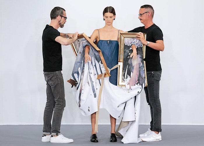 Виктор и Рольф одевают модель в платья-картины.