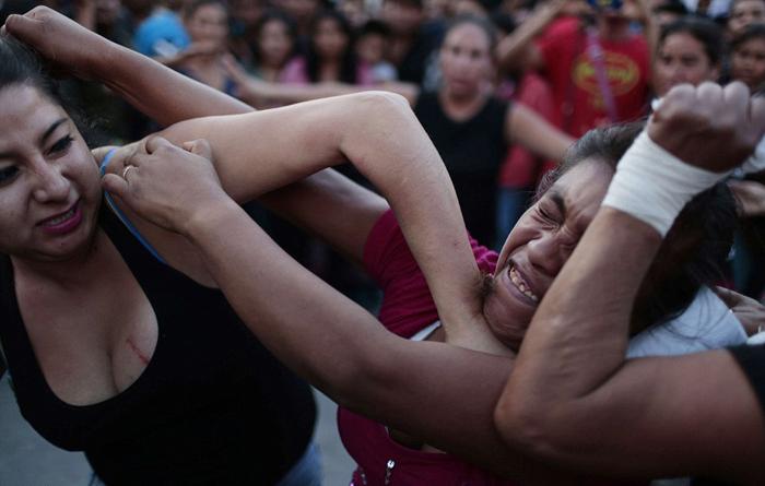 Кулачные бои среди женщин Мексики.