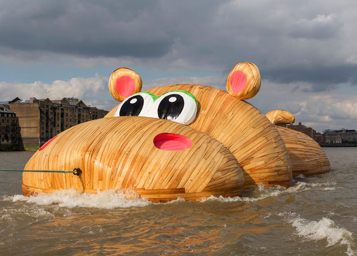 Гигантский гиппопотам, дрейфующий на волнах Темзы.