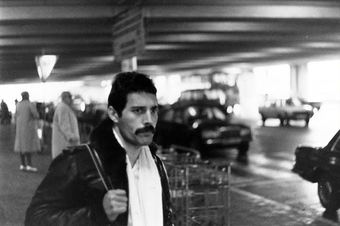 Фредди Меркьюри в аэропорту.