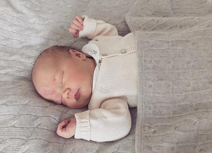 Фотография новоиспеченного принца всего через несколько дней после его рождения.