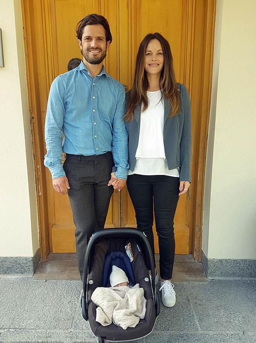 Гордые родители принесли своего ребенка домой.