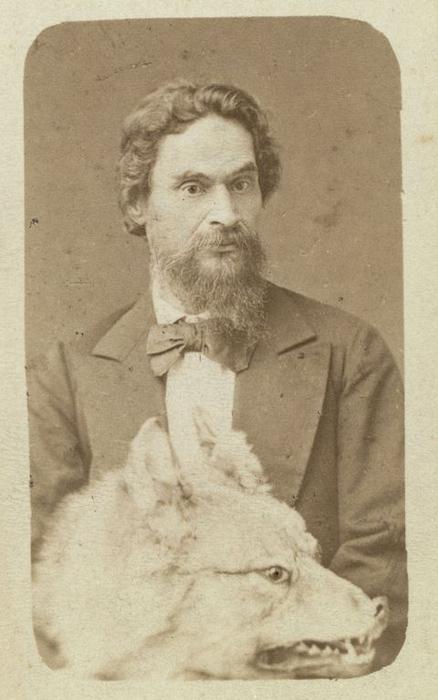 Господин Знаменский, полицмейстер Минусинска, с чучелом волка. Фото: George Kennan.