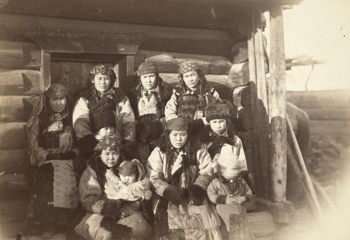 Татарки с детьми. Фото: George Kennan.