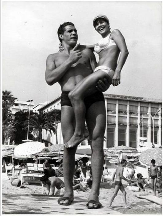 Франция 1967. Девушки часто просили сфотографироваться с великаном.