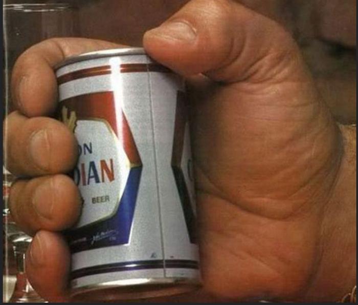 Банка пива в руке Андре.