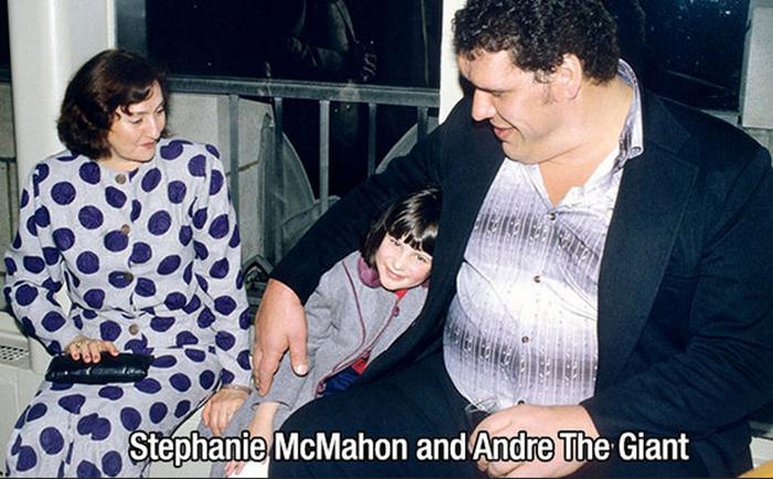 Гигант Андре и Стефани МакМахон.