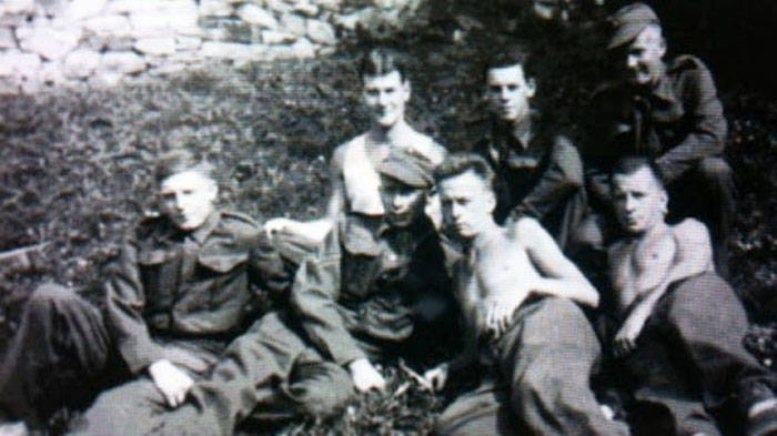 Гораций Грисли (второй справа в первом ряду) со своими друзьями в лагере,  Польша.