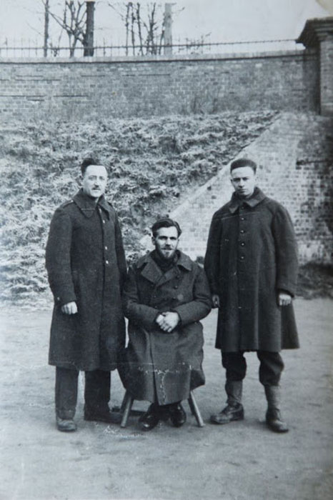 Гораций Грисли (справа) в лагере заключенных в Польше.
