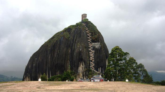Скала Эль-Пеньон-де-Гуатапе  находится у берегов водохранилища в живописной местности.