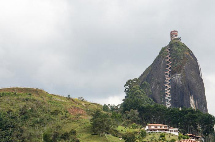 Скала возвышается на 220 метров от земли.