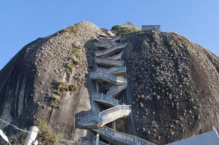 659 крутых ступенек приведут желающих на вершину скалы.