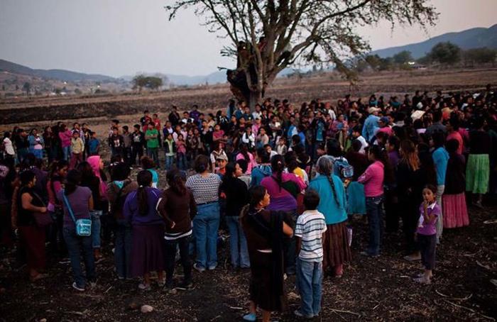 Жители сел собираются в круг и подбадривают дерущихся женщин.