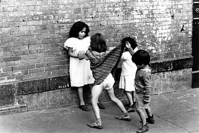 Мальчик, заглядывающий под юбку девочке. Автор фото: Helen Levitt.