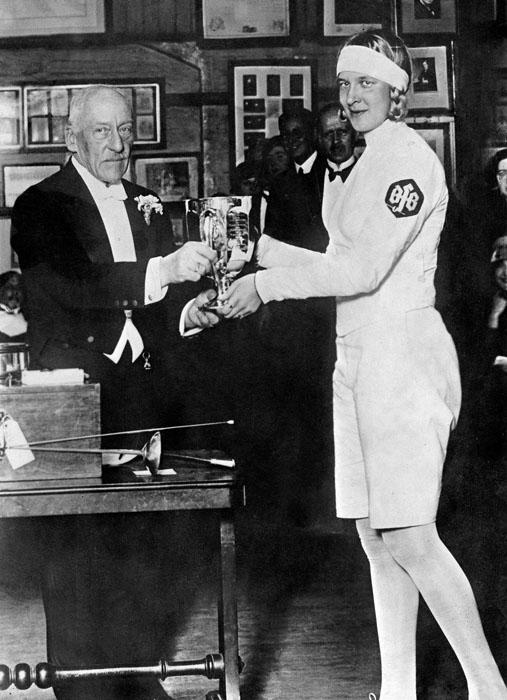 Хелена Майер получает очередной приз. 1930 год.