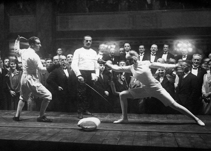 Майер сражается против мужчины на летних Олимпийских играх в Амстердаме, 1928 г.