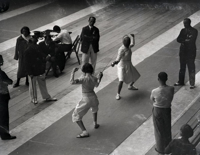 Хелена Майер сражается с Джуди Гиннесс из Великобритании на Олимпийских играх в Лос-Анжелесе, 1932 г.