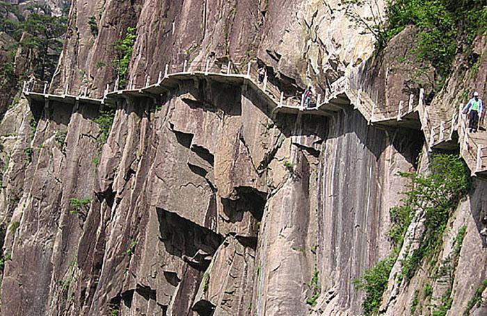 Туристическая тропинка в горах Хуаншань.