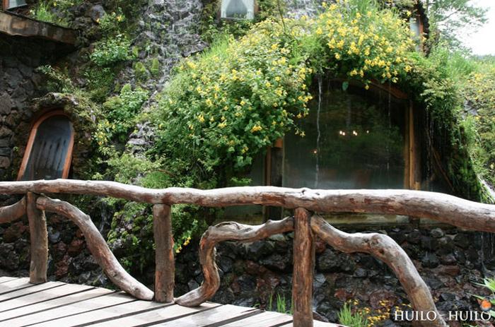 Деревянный мостик у входа.