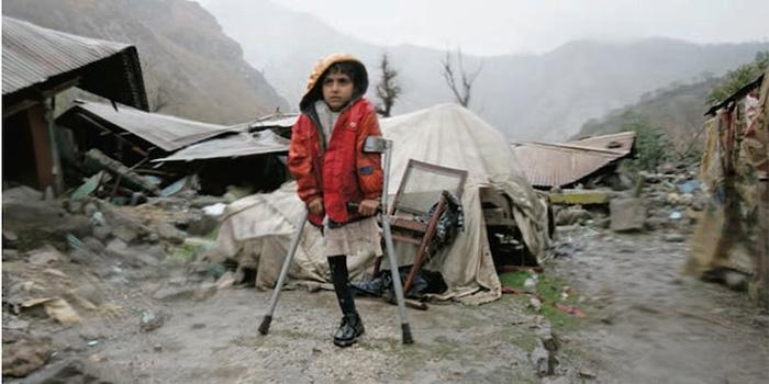Инша потеряла ногу при землетрясении в Пакистане 2005 года.