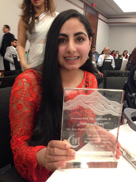Инша Афсар с одной из наград за свои спортивные достижения.