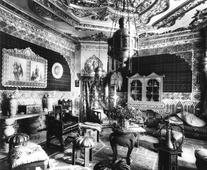 Старая фотография интерьера дома Висенс.