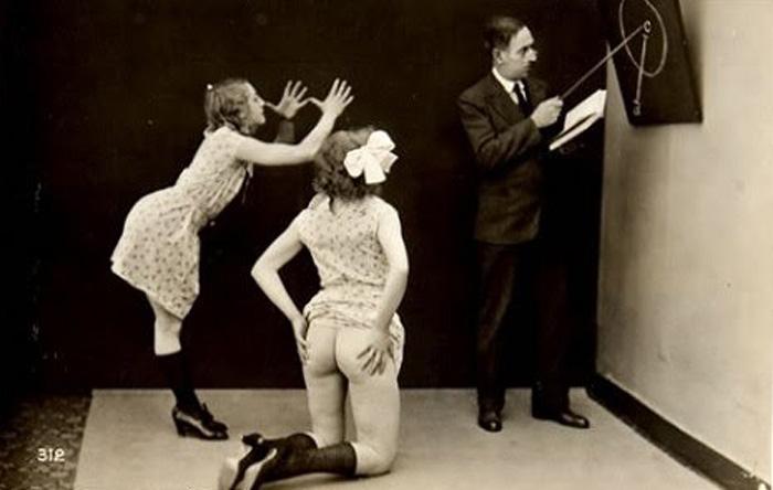 Учитель и две ученицы. Фото: Jacques Biederer.