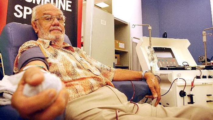 Врачи считают, что антитела могли появиться вкрови Джеймса Харрисона после того, как ему самому перелили кровь после операции вюношестве.