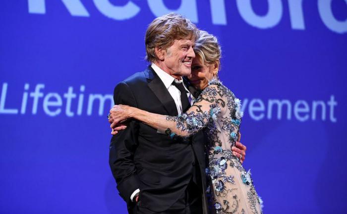 Джейн Фонда иРоберт Редфорд появились накрасной дорожке Венецианского фестиваля вместе.