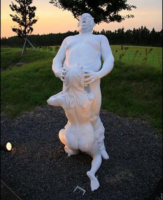 Провокационные скульптуры в парке Jeju Loveland.