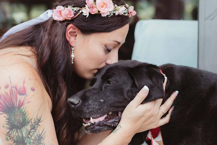 Невеста Келли и ее преданный пес Чарли.  Фото: Jen DZ Photography.