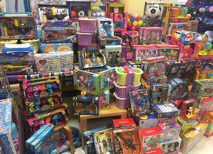 В прошлом году Джесси накопила достаточную сумму, чтобы купить 1000 подарков.
