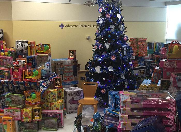 Семейный праздник Рождество у детей в больнице проходит более радостно, когда есть подарки.