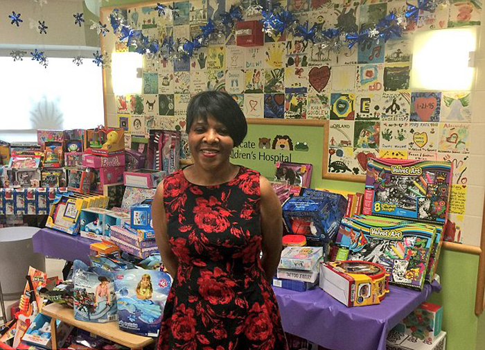 Джесси Тендайи на фоне купленных ею подарков детям.
