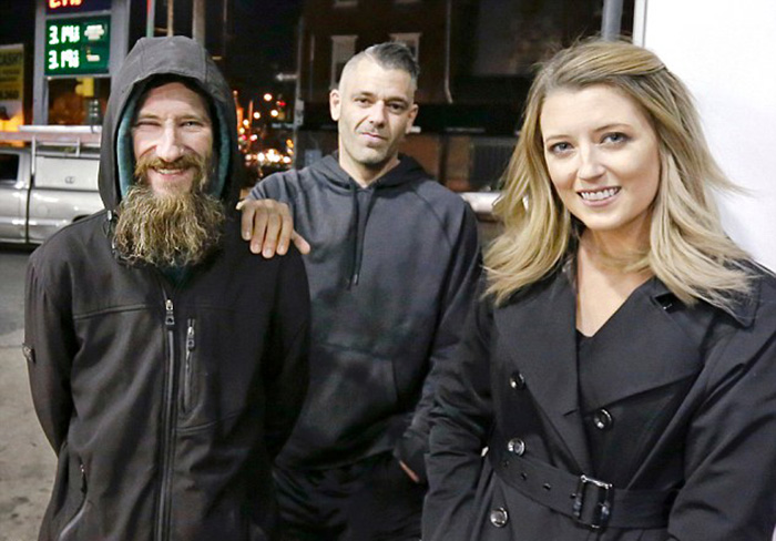 Джонни стоит рядом с Кейт и Марком.