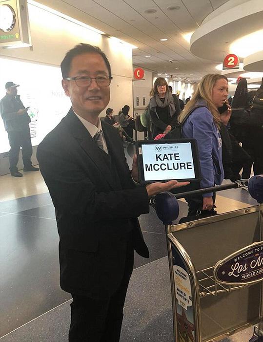 Кейт прилетела в Лос-Анжелес со своей мамой, и из аэропорта их забрали на лимузине.