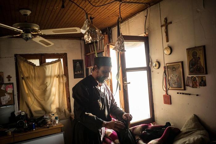Отец Июсиф в своей спальне.
