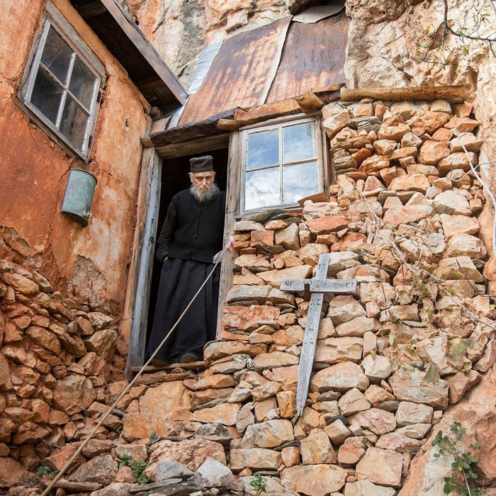 Отец Арсениос у входа в свой скит. Он не покидал Карули уже 64 года.