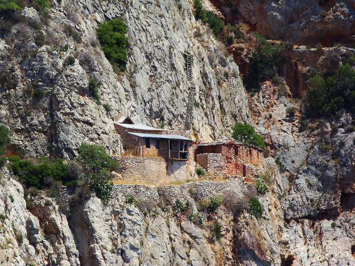 Скиты расположены на отвесном склоне скалы.