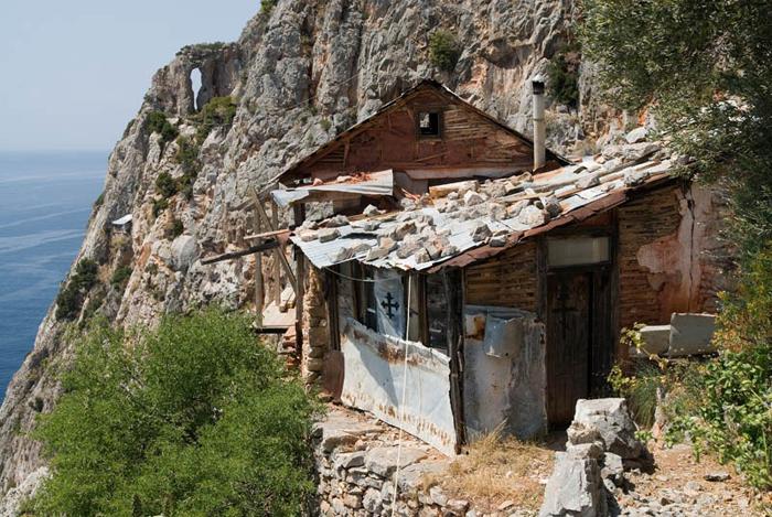 Аскетичные жилища отшельников.