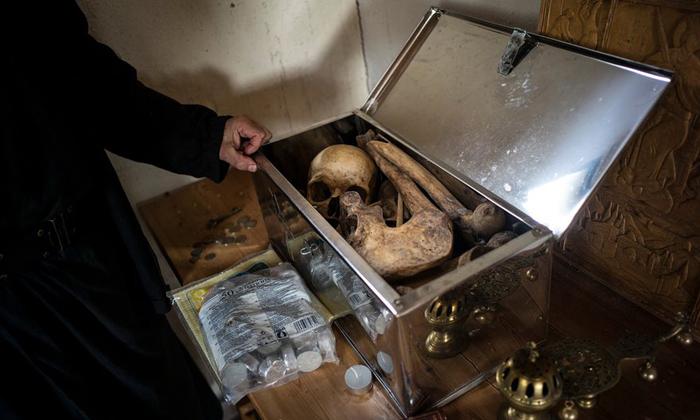 Эти кости принадлежат монаху, который раньше жил в ските Карули. Даже после смерти монах пожелал остаться в ските. Его останки поместили в серебряный сундук.