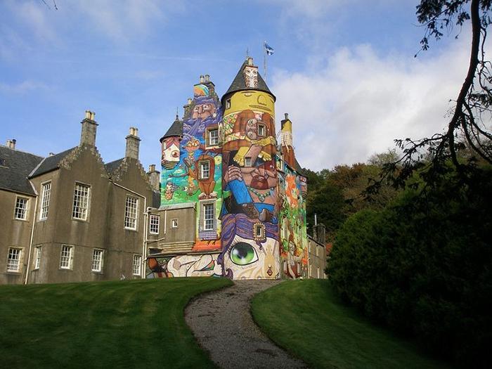 Замок в граффити.