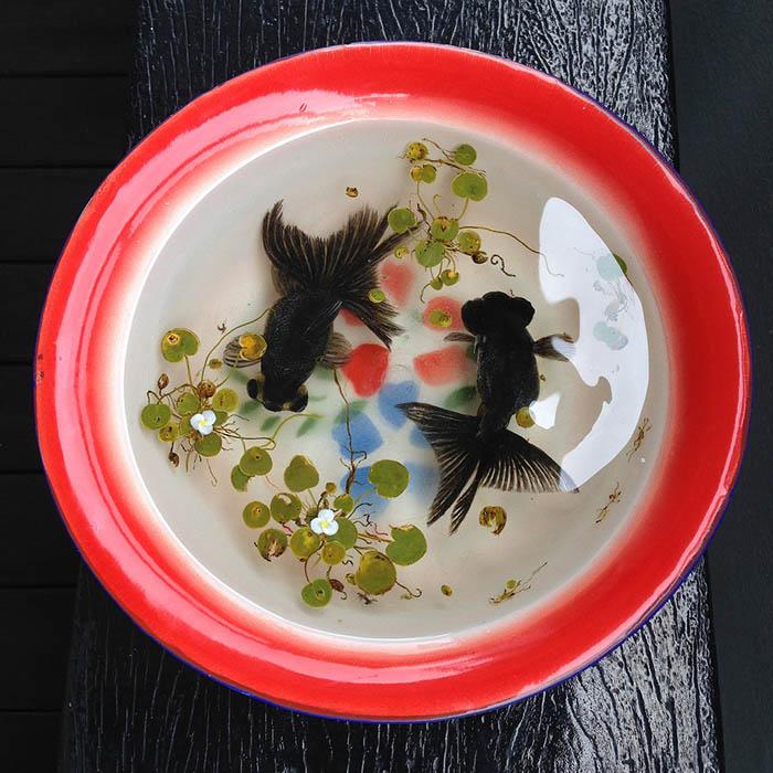 Кенг Лай помещает свои работы в традиционную восточную посуду.